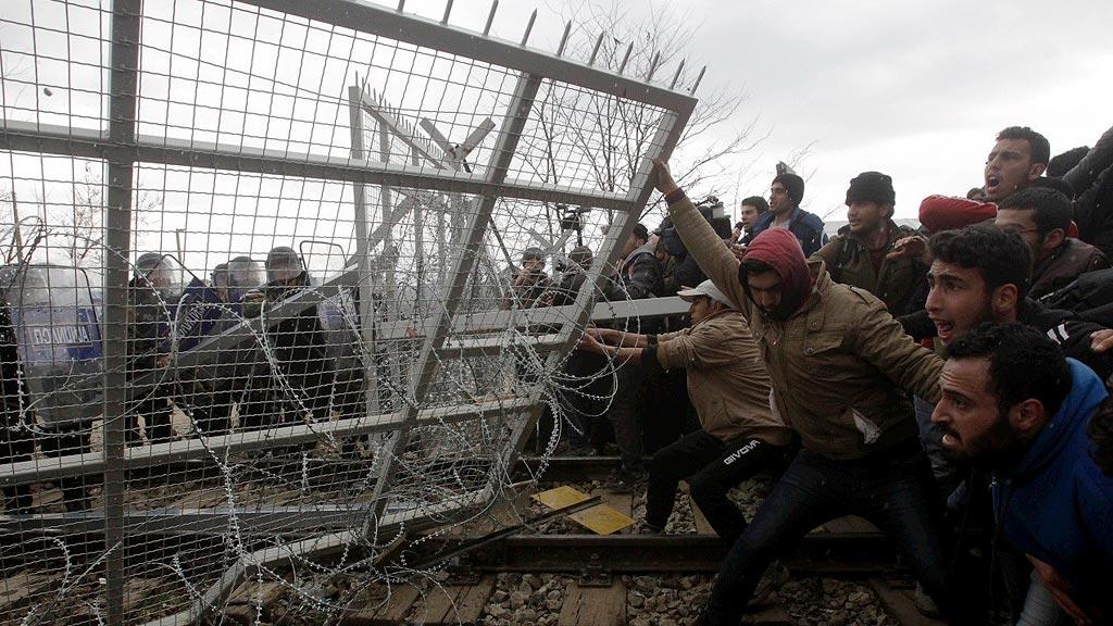 Choques entre policía y migrantes en la frontera greco-macedonia